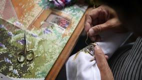 Hogere Vrouwenhanden die dwars-Steek op Wit Katoenen Canvas doen 4k, sluit omhoog stock videobeelden