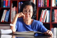 Hogere vrouwenlezing Stock Fotografie