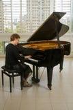 Hogere vrouwenpianist stock foto