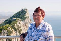 Hogere vrouwentoerist bij de Rots van Gibraltar Royalty-vrije Stock Fotografie