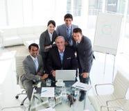 Hogere zakenman die bij een computer werkt Royalty-vrije Stock Foto