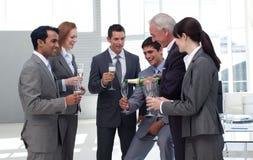 Hogere zakenman die Champagne dient Stock Foto's
