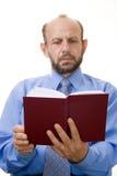 Hogere zakenman die een boek leest royalty-vrije stock foto's