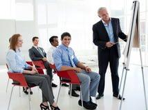 Hogere zakenman die een conferentie geeft stock afbeelding