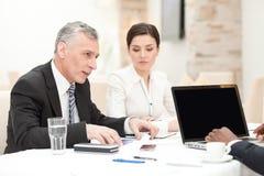 Hogere zakenman die personeelsvergadering hebben Stock Afbeeldingen