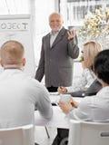 Hogere zakenman die presentatie doet Stock Foto's