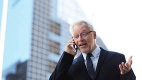 Hogere zakenman die smartphone in stad uitnodigen stock videobeelden