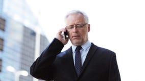 Hogere zakenman die smartphone in stad uitnodigen stock video