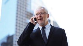 Hogere zakenman die smartphone in stad uitnodigen stock footage