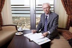 Hogere Zakenman Going Over Papers Royalty-vrije Stock Afbeelding