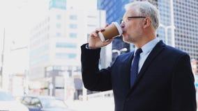 Hogere zakenman het drinken koffie op stadsstraat stock footage