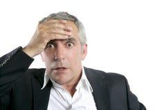 Hogere zakenman ongerust gemaakte ernstige uitdrukking Stock Foto's