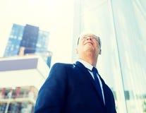 Hogere zakenman op stadsstraat royalty-vrije stock foto