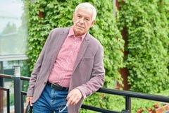 Hogere Zakenman Posing Outdoors stock foto's
