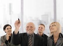 Hogere zakenmantekening met markeerstift Stock Afbeeldingen