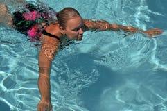Hogere Zwemmer in de Pool Stock Foto