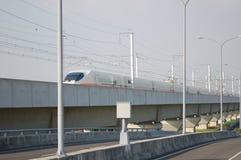 Hogesnelheidstrein op de opgeheven spoorweg Royalty-vrije Stock Foto's