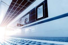Hogesnelheidstreinen bij het platform worden geparkeerd dat stock afbeelding