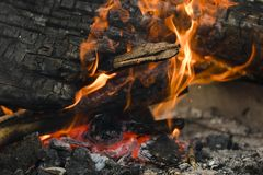 Hoguera con las llamas y los carbones anaranjados imagenes de archivo