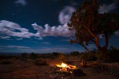 Hoguera debajo de las estrellas Foto de archivo libre de regalías