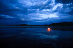 Hoguera en el lago imagen de archivo libre de regalías