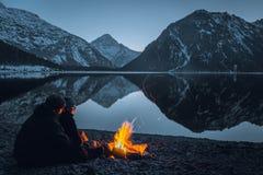 Hoguera en el plansee del lago imagenes de archivo