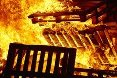 Hoguera 2 hoguera Lucha contra el fuego, ignición de la llama del volcán alerta H Imagen de archivo