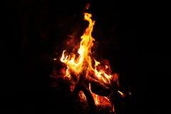 Hoguera que brilla intensamente brillante en la noche en el campo Imagen de archivo libre de regalías