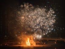 Hoguera y fuegos artificiales para la celebraci?n de la primera Luna Llena de 2019 fotografía de archivo
