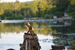 Hoguera y lago Imágenes de archivo libres de regalías