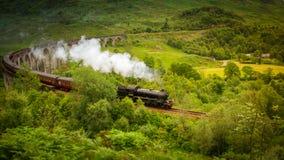 Hogwarts uttryckligt ångadrev från Harry Potter på Glenfinnan Skottland royaltyfri fotografi