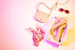Hohe Absätze, Handtasche und Schal - Mode-Accessoires lizenzfreies stockfoto