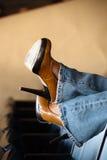 Hohe Absätze und Blue Jeans Lizenzfreie Stockbilder