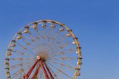 Hohe Achterbahn des großen Abenteuergeschwindigkeits-Kreises im Park mit Stockbild