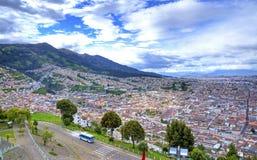Hohe Ansicht der Stadt von Quito Lizenzfreie Stockfotografie