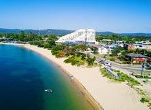 Hohe Ansichten, die unten auf Ettalong-Strand schauen lizenzfreies stockbild