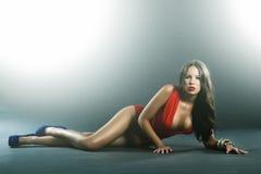 Hohe Art und Weise schoss von der attraktiven Frau im ingerie Stockfoto
