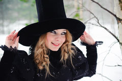 Hohe Art- und Weisefrau im Hut Stockfoto