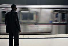 Hohe Art- und Weisemann, der die Untergrundbahn zu wartet Stockfoto