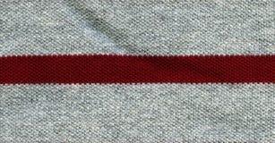 Baumwollgewebe-Beschaffenheit - Grau mit rotem Streifen Stockfotos