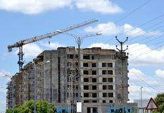 Hohe Aufstiegs-Baustelle und der Kran Lizenzfreies Stockbild