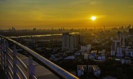 Hohe Aufstiegs-Geb?ude am Stadtzentrum in Bangkok Thailand am Abend stockfotografie