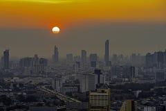 Hohe Aufstiegs-Geb?ude am Stadtzentrum in Bangkok Thailand am Abend lizenzfreies stockfoto