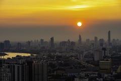 Hohe Aufstiegs-Geb?ude am Stadtzentrum in Bangkok Thailand am Abend lizenzfreie stockfotos