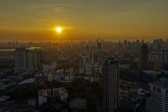 Hohe Aufstiegs-Geb?ude am Stadtzentrum in Bangkok Thailand am Abend stockbilder