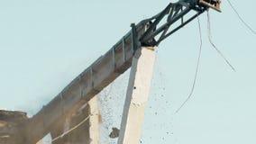 Hohe Aufstiegsdemolierungsmaschine, die verlassenes Gebäude, Zerstörung, Nahaufnahme ruiniert stock footage