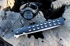 56 hohe ausführliche Schattenbilder Taktisches Messer und Uhr Lizenzfreie Stockfotografie
