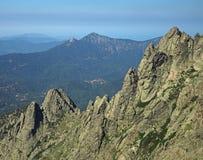 Hohe Bergblicklandschaft mit scharfen Spitzen und blauem Himmel Stockfotografie