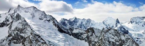 Hohe Berge im Winter. stockbild