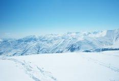 Hohe Berge unter Schnee Stockfotografie